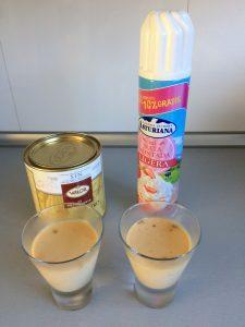 Una vez firma la panna cotta, y justoa ntes de servir, añadimos un poco de nata y cacao en polvo por encima