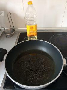Ponemos aceite de girasol en una sartén