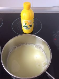 Ponemos en un cazo el zumo de limón
