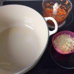Añadimos la cebolla, el ajo, las zanahorias y el apio a la cacerola y sofreímos hasta que la cebolla esté pochada y las verduras un poco blandas
