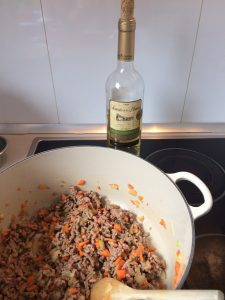 Añadimos un chorrito de vino blanco y dejamos que el alcohol se evapore
