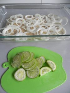Lavamos la lima (o el limón), y lo ponemos sobre la cebolla y el ajo