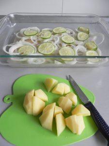 Pelamos ahora las patatas, las lavamos, las cortamos en trozos y las ponemos en la misma fuente