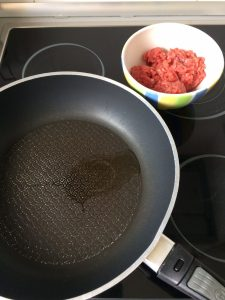 Ponemos un poco de aceite en una sartén y doramos la carne picada