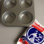 Ponemos uno oblea de masa de empanadilla en cada hueco del molde