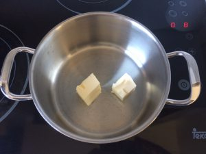 Fundimos la mantequilla en una olla