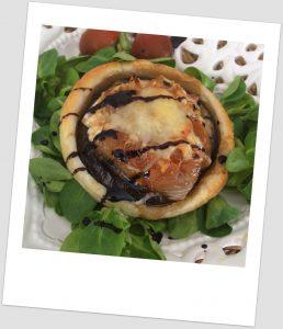 Hojaldre de berenjena, queso de cabra y cebolla caramelizada