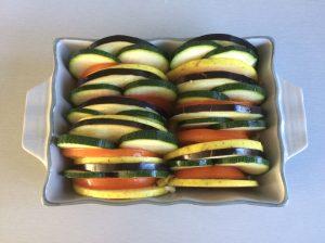 Colocamos las verduras en fila alternando unas con otras en el mismo orden, de manera estética en la fuente