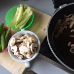 Cuando la ternera esté dorada, añadís a la sartén el pimiento, el calabacín y los champis