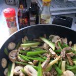 Añadís ahora el jengibre en polvo, la salsa de pescado, el aceite de sésamo y la soja