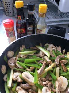 Añadís ahora el jengibre en polvo, la salsa de pescado y la soja