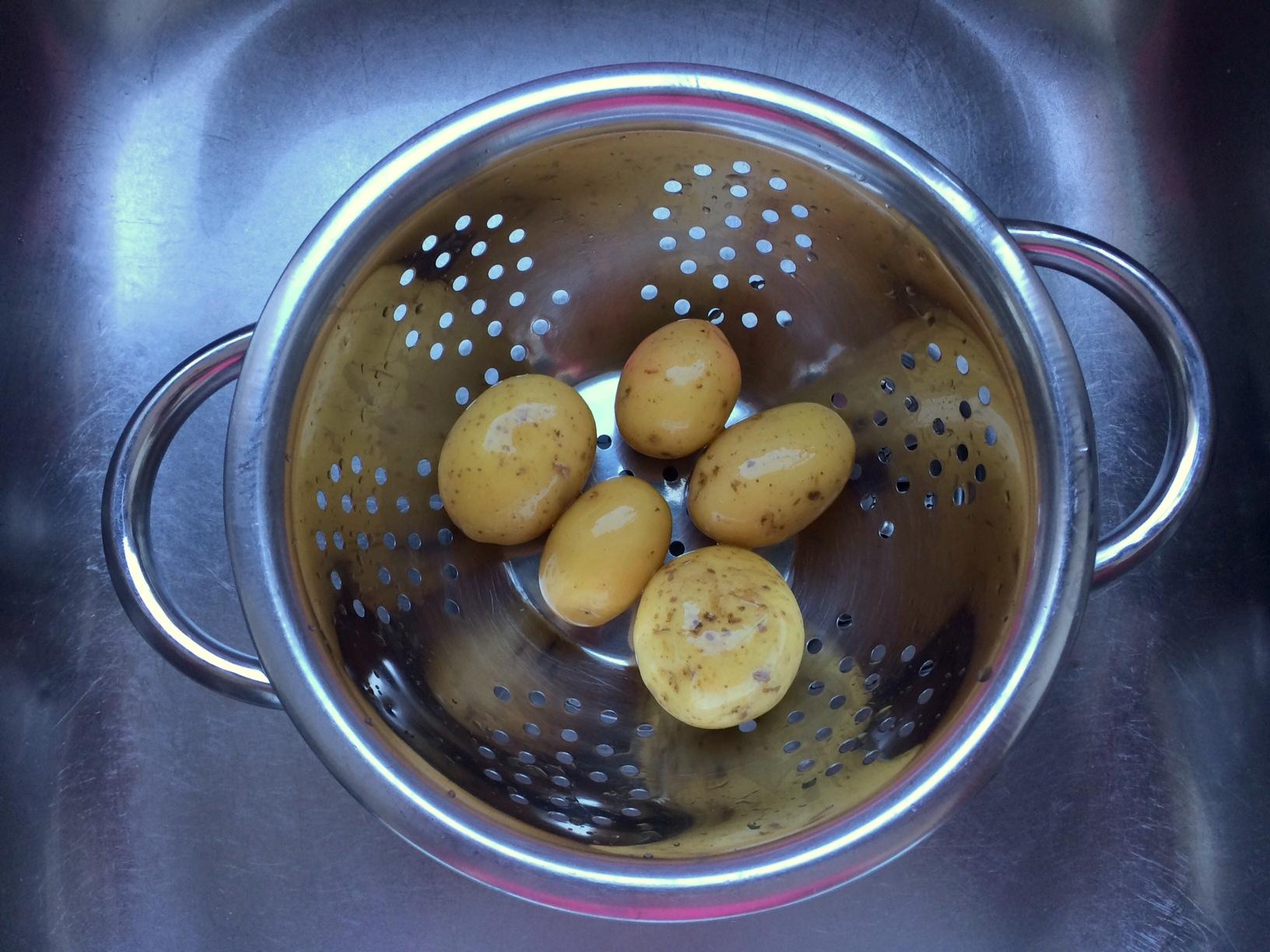 Lavamos las patatas con piel debajo del grifo