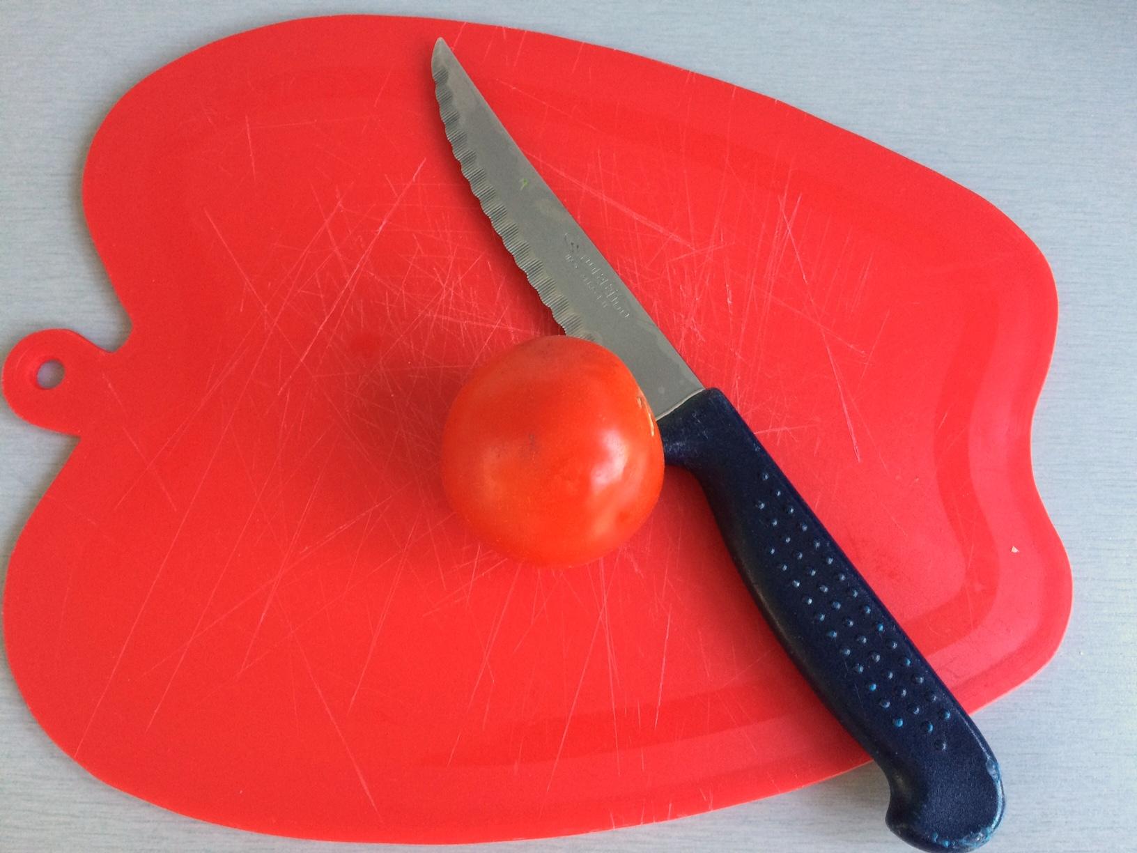 Cortamos el tomate cherry en cuartos