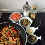 Añadimos el tomate, el ajo, las aceitunas verdes, las alcaparras, el azúcar y el vinagre de Módena