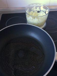 Añadimos la cebolla y el ajo picado.