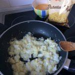 Tras dos minutos, añadimos las patatas paja y los huevos