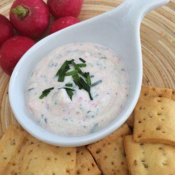 Dip de queso fresco con rabanitos y cebollino