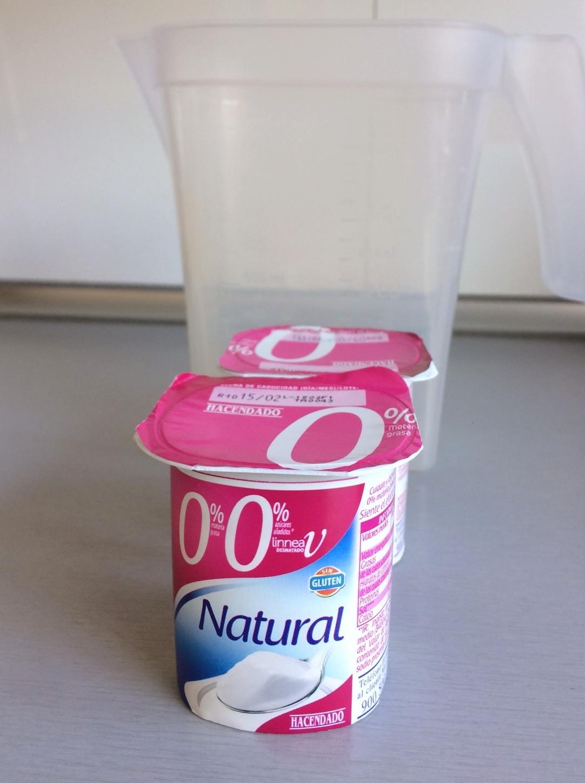 Ponemos los yogures en un vaso de batidora