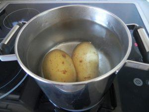 Cocemos las patatas en abundante agua con sal