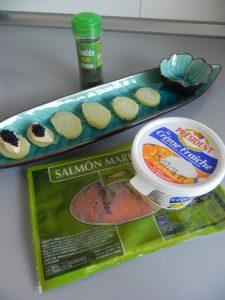 En las siguientes, un poco de crema fresca, unas tiritas de salmón ahumado, y terminamos con crema fresca y eneldo