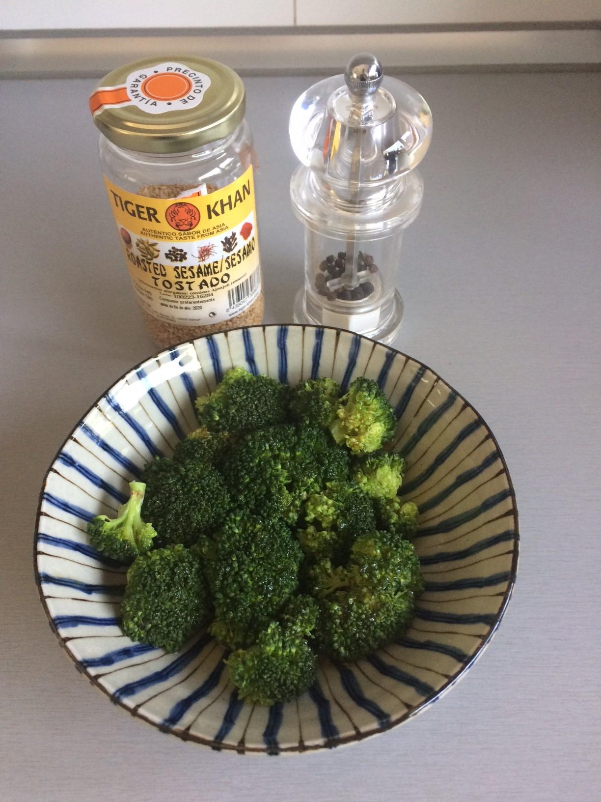 Añadimos encima pimienta y semillas de sésamo tostado