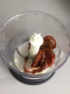 Metemos los tomates secos y las anchoas en el accesorio triturador de la batidora y los picamos