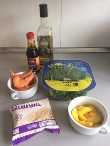 Ingredientes ensalada de espinacas, quinoa, langostinos y mango