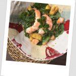 Ensalada de espinacas, quinoa, langostinos y mango