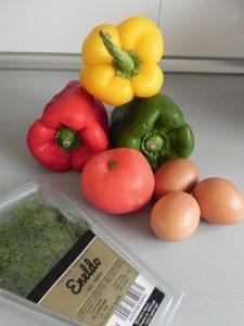 Ingredientes flores de huevos fritos con pimientos