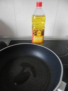 Ponemos un poco de aceite en una sartén