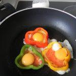 Cuando esté hecho el tomate. añadimos en cada flor un huevo y sazonamos. Lo dejamos cocinar hasta que el huevo se cuaje.