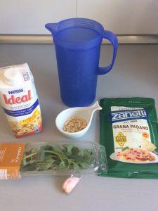 Ponemos en el vaso de la batidora el queso, los piñones, el ajo, la albahaca y la leche Ideal