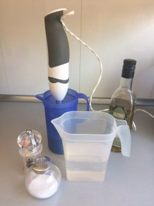 Añadinmos el aceite, el agua y salpimentamos