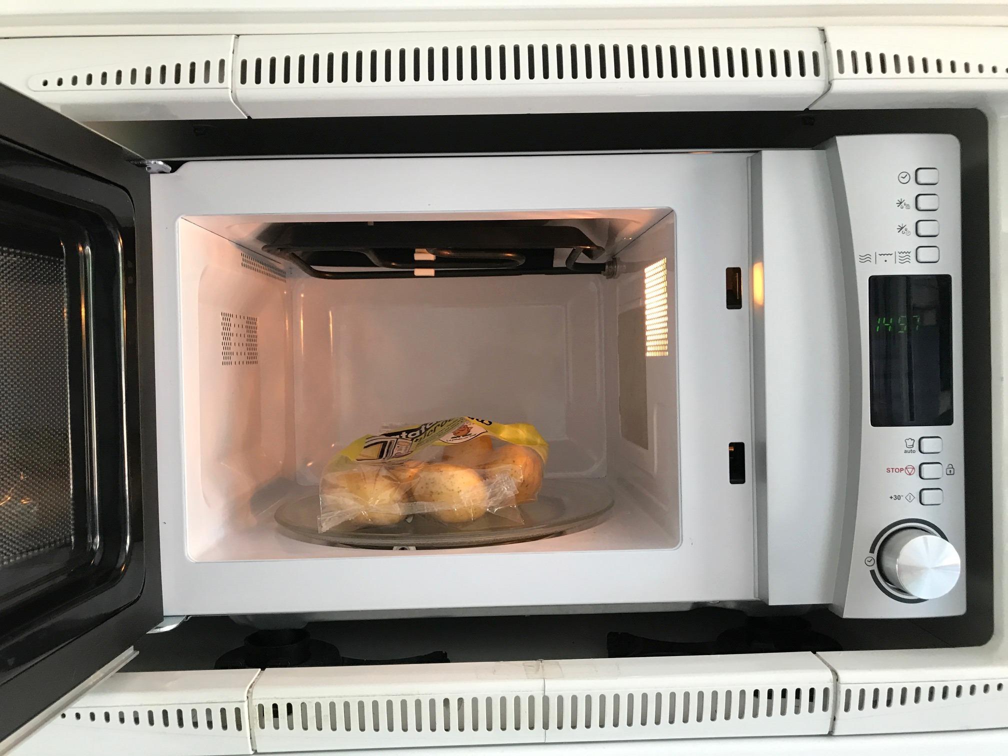 Metemos las patatas en el micro el tiempo que indique el paquete (en mi caso, 8 minutos)