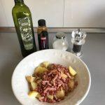 Aliñamos con aceite de oliva, vinagre de Módena, sal y pimienta al gusto