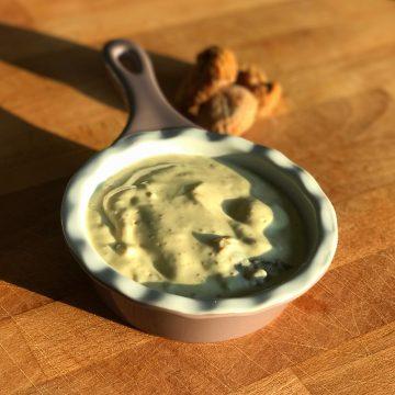 Crema de queso fresco con higos secos y mostaza