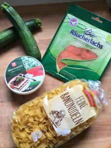 Ingredientes pasta con crema de mascarpone, calabacín y salmón