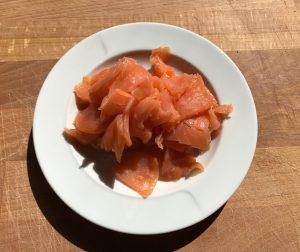 Cortamos el salmón en tiritas