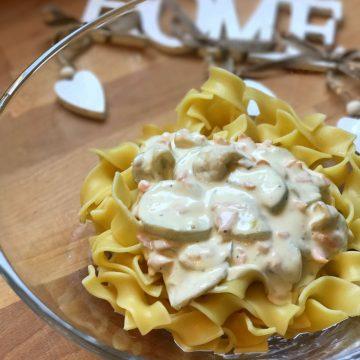 Pasta con crema de mascarpone, calabacín y salmón