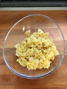 Ponemos la pasta en un bol