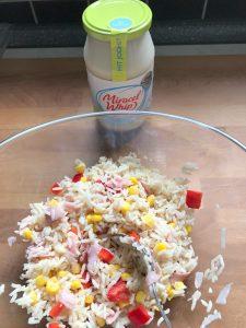 Añadimos un par de cucharadas de mayonesa light rebajada con yogurt