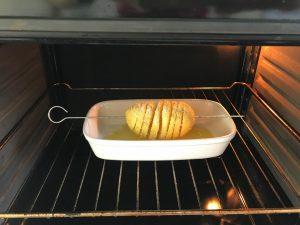 La metemos al horno a 200º durante 30 inutos aprox. o hasta que veáis que está dorada. A mitad de tiempo, girad el pincho para que se haga por los dos lados