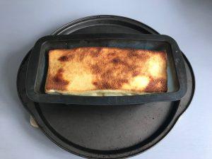 Una vez dorada la capa superior, sacamos el pastel del horno
