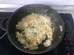 Doramos la cebolla en la sartén en la que hemos frito el pollo